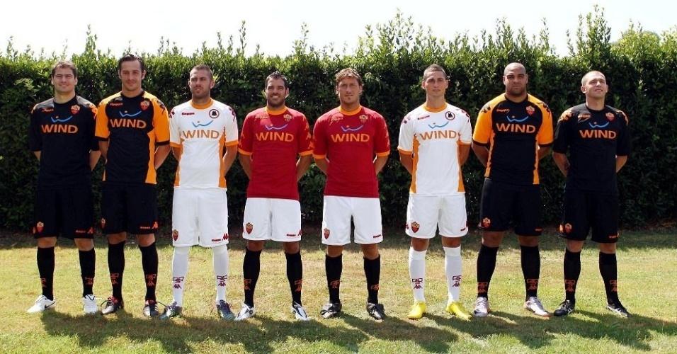 Adriano apresenta os novos uniformes da Roma para a temporada 2010/2011
