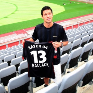 Michael Ballack mostra sua camisa do Bayer Leverkusen durante a sua apresentação no clube