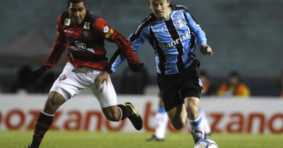 Neuton e Ricardo Conceição disputam lance em Grêmio e Vitória
