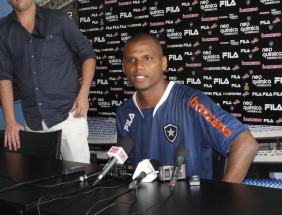 Jefferson concede entrevista coletiva após treino do Botafogo