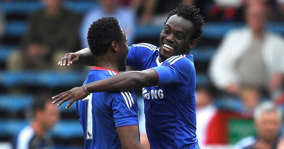 Michael Essien (d) comemora o seu gol no amistoso Chelsea x Crystal Palace, com John Obi Mikel