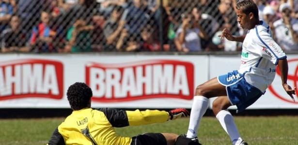 Marcelinho Paraíba tenta passar pelo goleiro Lauro durante partida