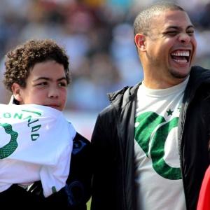 Ronaldo marca presença em jogo beneficente dos amigos de Deco em Indaiatuba, ao lado do filho
