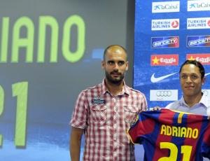 Ao lado do técnico Pep Guardiola (e), brasileiro Adriano é apresentado no Barça com a camisa 21