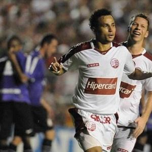 Gilmar comemora gol feito no Corinthians em 2009