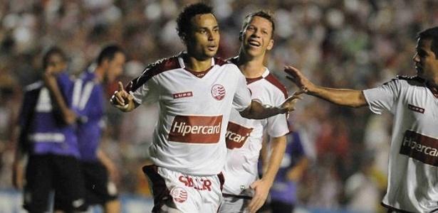 Gilmar comemora gol marcado sobre o Corinthians em 2009