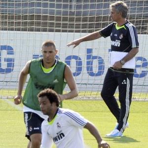 Sob o comando do novo técnico Mourinho (alto), brasileiro Marcelo (abaixo) treina no Real Madrid