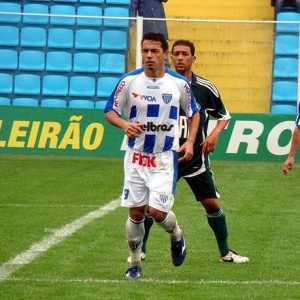 Mesmo marcado de perto por Pierre, Roberto foi o destaque do Avaí na goleada contra o Palmeiras