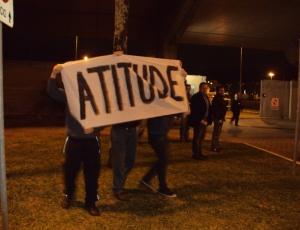 Torcedores protestaram na chegada da delegação do Grêmio nesta segunda em Porto Alegre
