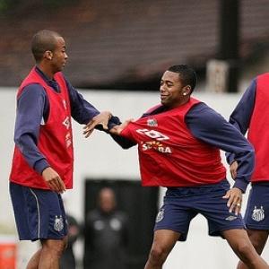 Wesley e Robinho em momento de brincadeira no treino do Santos. Jogadores brigaram na concentração antes da partida contra o Fluminense