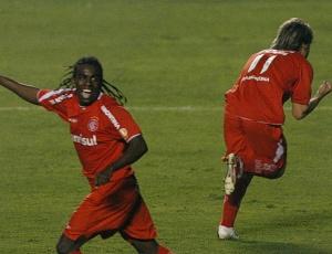 Campeões da Libertadores em 2006 sobre o São Paulo, Tinga (esq) e Sóbis serão beneficiados