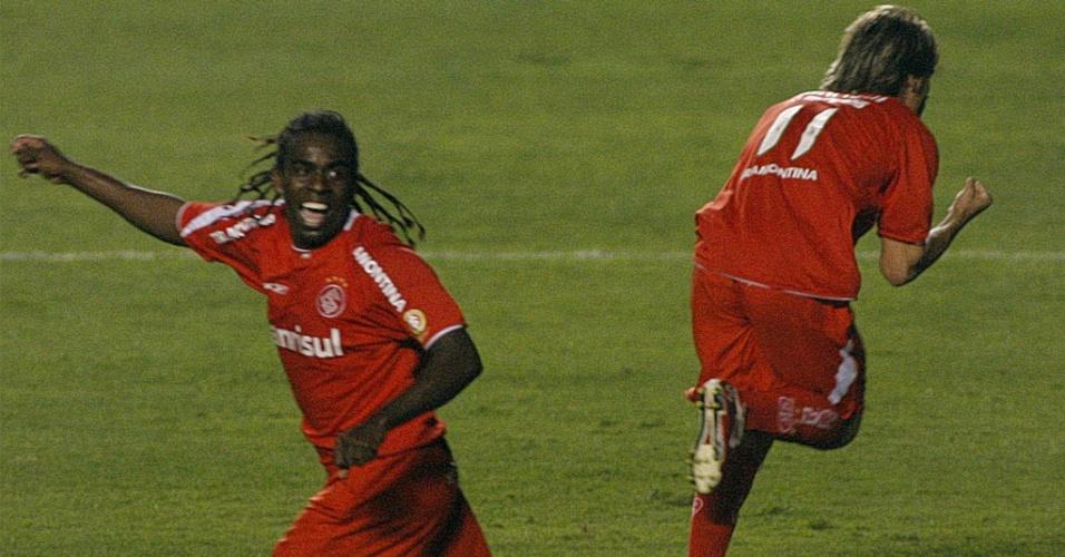 Rafael Sóbis e Tinga comemoram durante vitória do Inter sobre o São Paulo, na Libertadores de 2006
