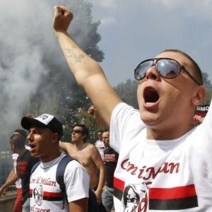 Torcedores protestam na reapresentação do Milan contra o dono do time, Silvio Berlusconi