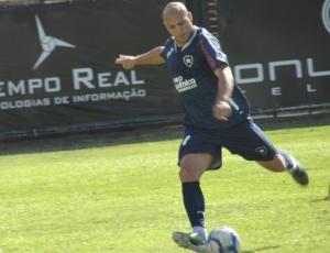 Edno arrisca uma finalização durante o treinamento técnico do Botafogo realizado nesta segunda-feira