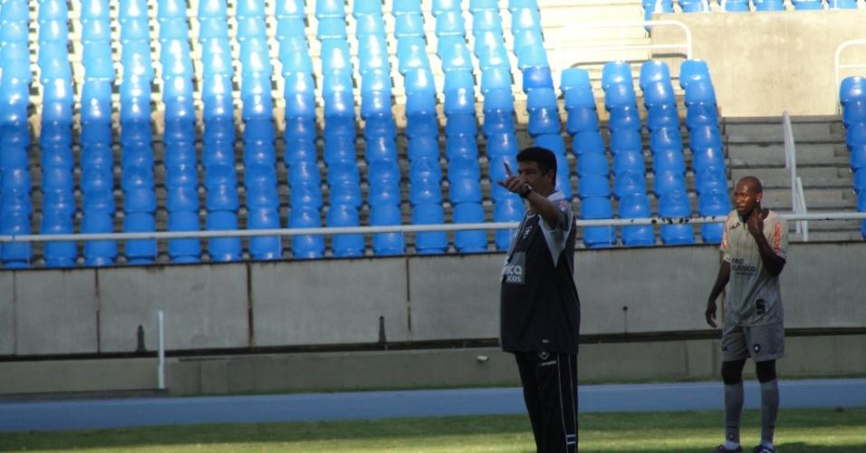Joel Santana orienta sua equipe durante treino do Botafogo