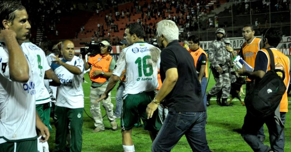 O técnico Emerson Leão, do Goiás, é visto durante confusão ao final da partida contra o Vitória