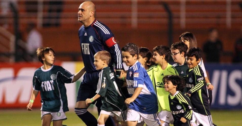 Rodeado de crianças, o goleiro Marcos entra em campo para a partida do Palmeiras contra o Botafogo