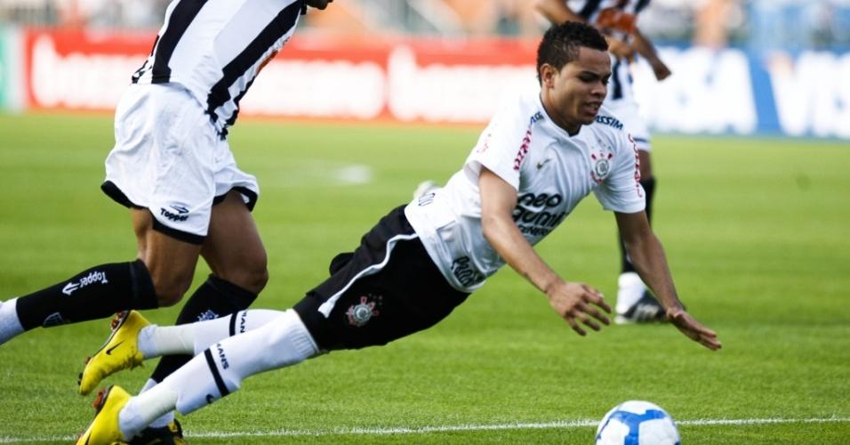 Dentinho cai em jogo contra o Atlético-MG