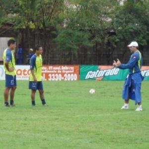 Renato Gaúcho (d) passa instruções aos jogadores do Bahia