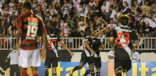 Jogadores do Vasco comemoram o gol de Nilton, o primeiro contra o Atlético-GO