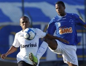 Borges tenta dominar a bola e recebe marcação de oponente; Silas foi expulso e jogadores brigaram