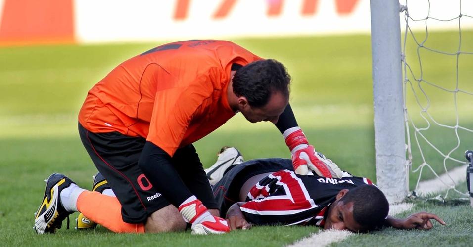 Rogério Ceni mostra preocupação com Renato Silva após queda brusca do zagueiro durante o clássico do São Paulo contra o Santos