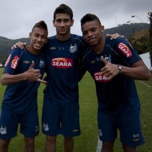 Santistas Neymar (à esq.), Ganso e André se abraçam depois de serem convocados à seleção