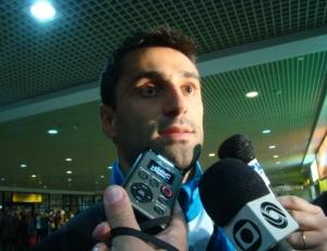 Jonas e Rodrigo negam briga, se dizem amigos e até ensaiam abraço no aeroporto em Porto Alegre