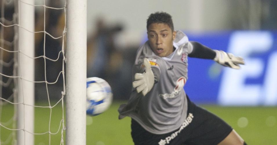 Goleiro Lee, do Vitória, faz uma defesa na partida contra o Santos na Vila Belmiro