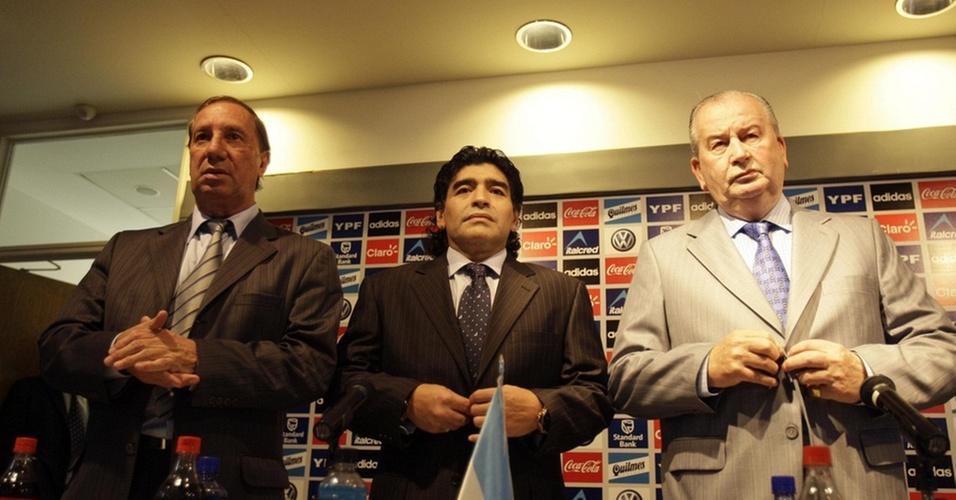 Imagem da apresentação de Maradona (c) como técnico da Argentina, em 2008, ao lado de Carlos Bilardo (e) e Julio Grondona