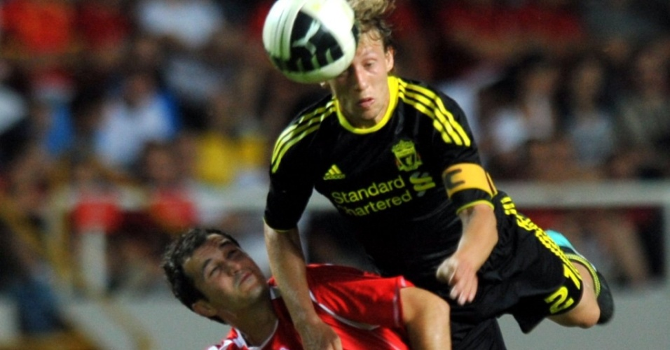 Lucas disputa bola no alto na vitória do Liverpool sobre o Rabotnicki pela Liga Europa