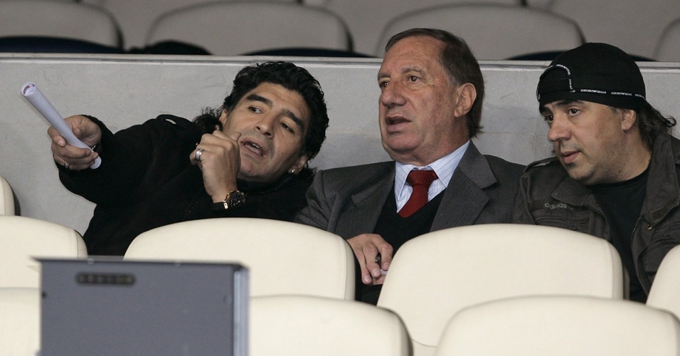 Maradona (e) e Carlos Bilardo assistem juntos a um jogo entre Real Madrid e Juventus em novembro de 2008