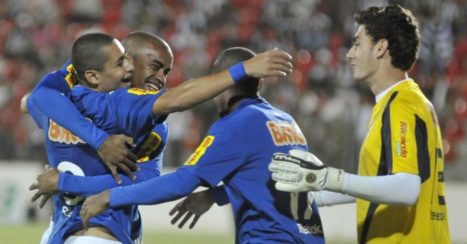 Jogadores do Cruzeiro comemoram o gol do atacante Wellington Paulista no clássico com o Atlético-MG pelo Brasileiro