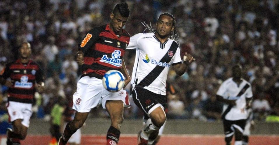 Léo Moura conduz a bola e é marcado por Carlos Alberto no empate entre Flamengo e Vasco pelo Brasileirão