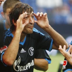 O atacante Raúl comemora vitória do Schalke 04 sobre o Bayern na Liga Total Cup, na Alemanha