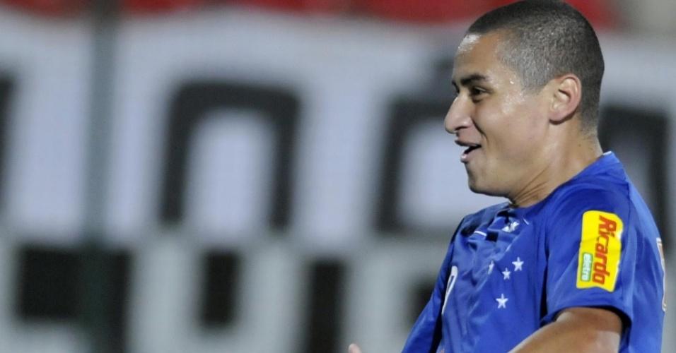 Wellington Paulista comemora seu gol no jogo do Cruzeiro com o Atlético-MG, em Sete Lagoas, pelo Brasileiro