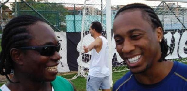 Após invasão do treino do Santos, Arouca tira foto com sósia antes da final da Copa do Brasil com o Vitória