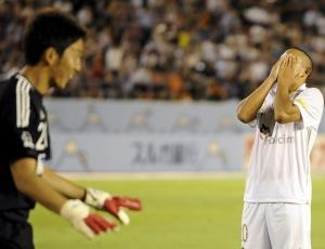 Carlos Luna lamenta erro em pênalti na decisão da Copa Suruga; goleiro Shuichi Gonda comemora