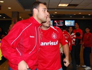 Goleiro Renan, do Inter, tira fotos com torcedores no desembarque da delegação em São Paulo