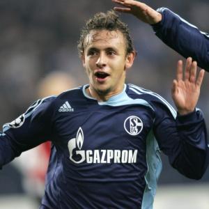 Após ser criticado pelo técnico do Schalke 04, Rafinha foi transferido para o Genoa