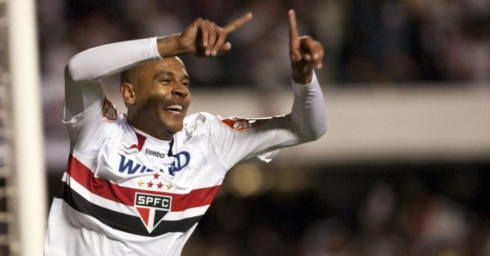Alex Silva parte para a comemoração ao abrir o placar para o São Paulo contra o Inter no Morumbi