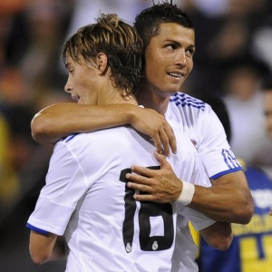 Cristiano Ronaldo abraça Sergio Canales após gol do Real Madrid contra o América