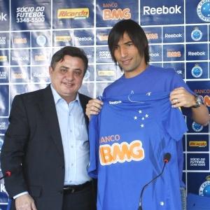 Ernesto Farías, ao lado do presidente Zezé Perrella, quer marcar sua passagem pelo Cruzeiro
