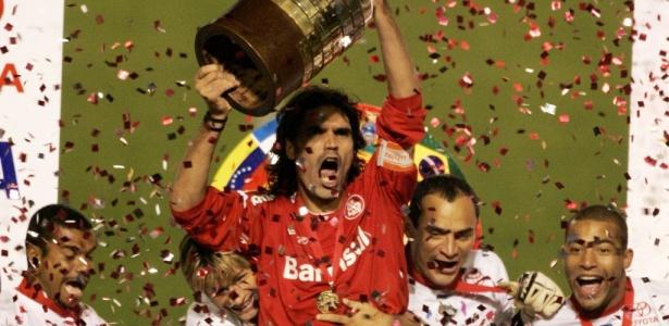 Fernandão, do Internacional, ergue o troféu de campeão da Libertadores em 2006