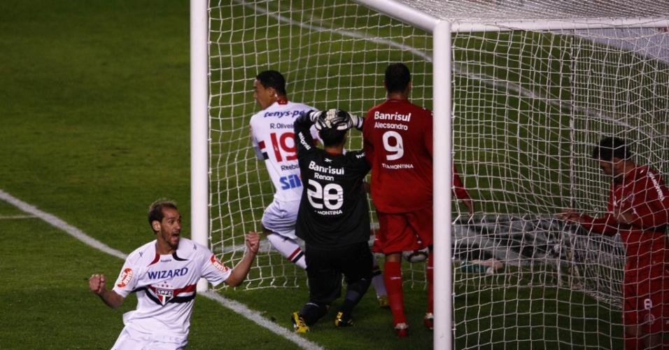 Goleiro Renan, do Inter, lamenta sua falha no primeiro gol do São Paulo, marcado por Alex Silva