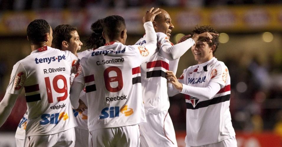 Jogadores do São Paulo comemoram o gol de Alex Silva contra o Inter