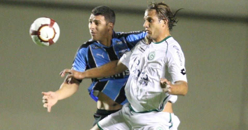 Ozéia (e), do Grêmio, disputa lance com Rafael Moura, do Goiás, em partida da Copa Sul-Americana