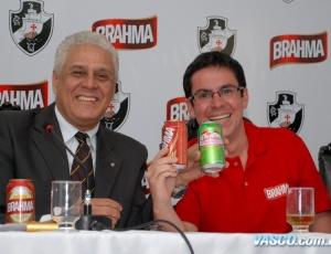 Presidente Roberto Dinamite ao lado de Rafael Pulcinelli, gerente de marketing da Ambev