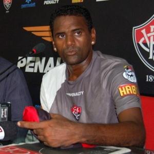 Atacante Kléber Pereira é apresentado no Vitória