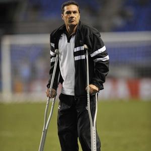 De muletas, Luxemburgo enfrenta dificuldade para comandar a equipe durantes os treinos e jogos
